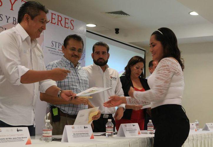 El lunes se entregaron  309 diplomas de capacitación laboral en la plaza comunitaria Roberto Castellanos Tovar. (Adrián Barreto/SIPSE)