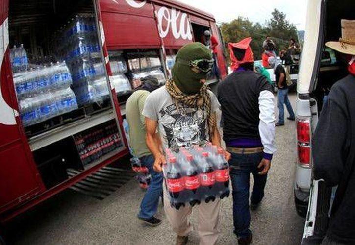 Disidentes y estudiantes tomaron camiones de la Coca Cola en días pasados como medida de presión hacia las autoridades por el caso Ayotzinapa. (Archivo/Milenio)