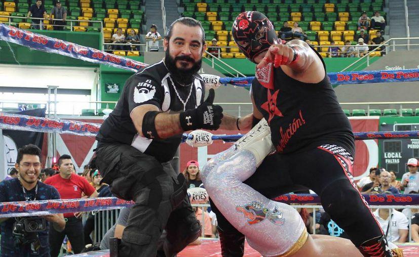 """Referí """"El Servio"""" (i), con una gran experiencia en luchas libre. (Foto:Novedades Yucatán)"""