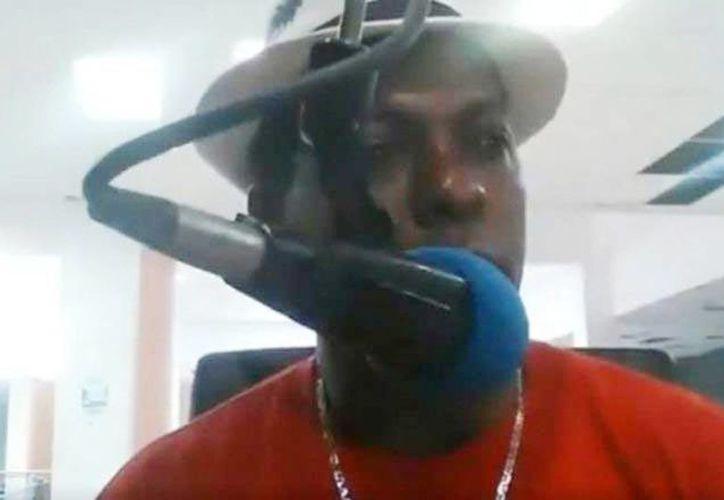El locutor Luis Manuel Medina y el director del programa, Leo Martínez, fueron baleados en una cabina de radio en República Dominicana. Captura de pantalla del presentador de noticias minutos antes de morir. (Excelsior)