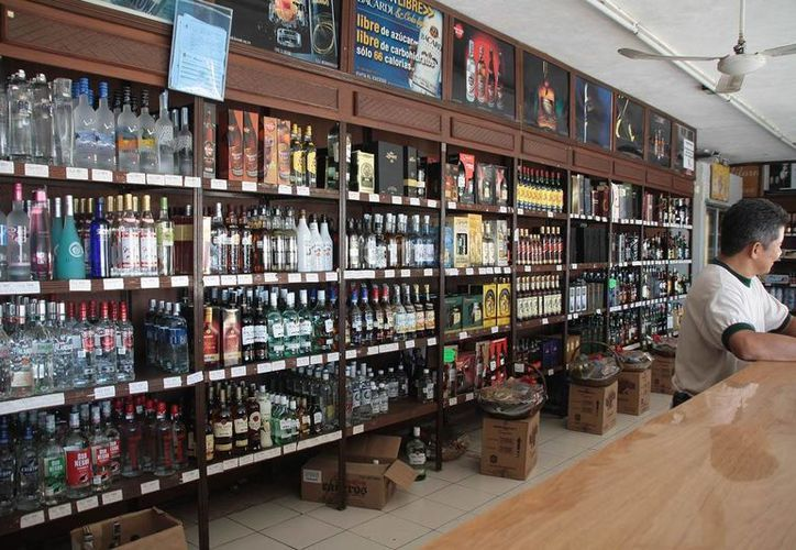 En los días patrios los anaqueles de las bebidas alcohólicas necesitan más vigilancia. (Archivo SIPSE)