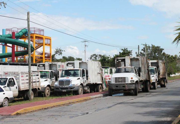 Tres de los ocho camiones recolectores que permanecieron estacionados por espacio de tres horas estaban cargados con desechos. (Ernesto Neveu/SIPSE)