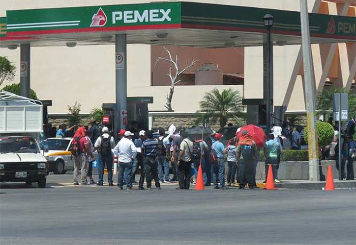 Maestros se manifiestan contra nuevo modelo académico regalando gasolina. (Excélsior)