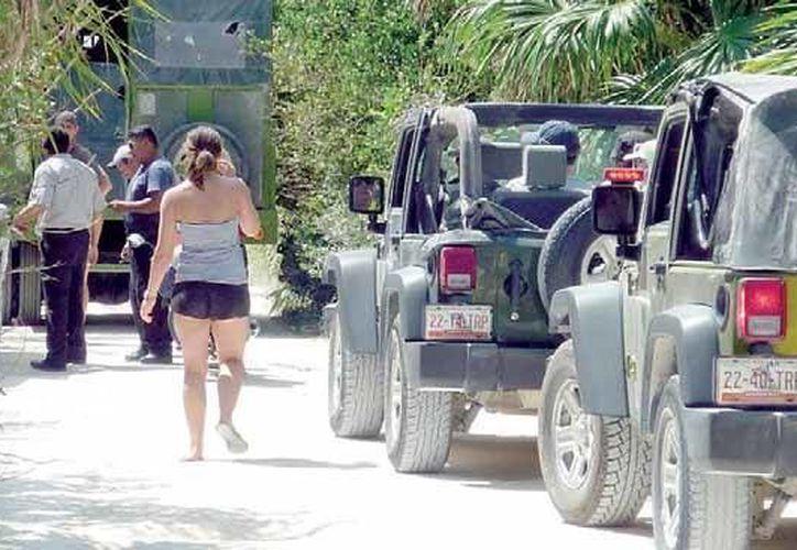 Las caravanas de jeeps, que transitan a velocidades no permitidas, han destruido el camino de Tulum-Punta Allen. (Rossy López/SIPSE)