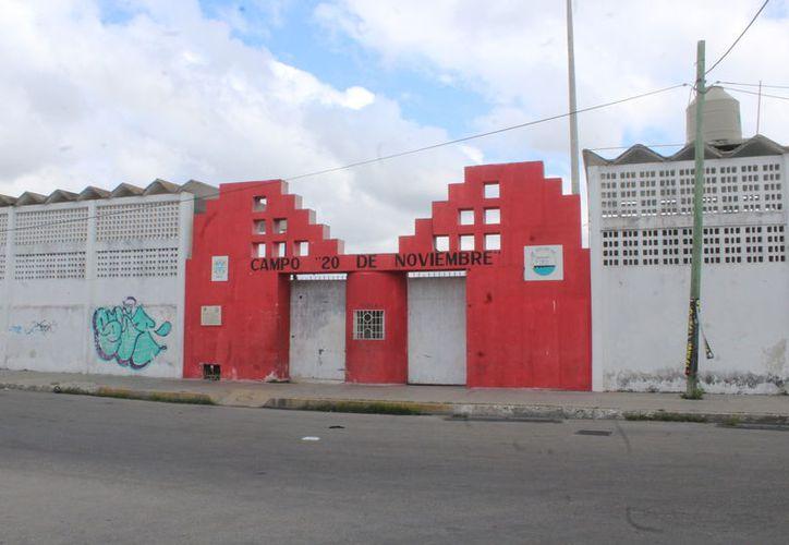 Deportistas se niegan a que autoridades municipales vendan el campo deportivo. (Gerardo Keb/Progreso)