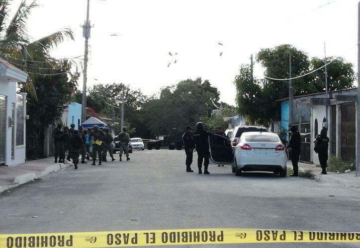 Calles aledañas fueron cerradas con cinta amarilla para desviar el flujo de coches y no interrumpieran a los oficiales. (Foto: Redacción/SIPSE)