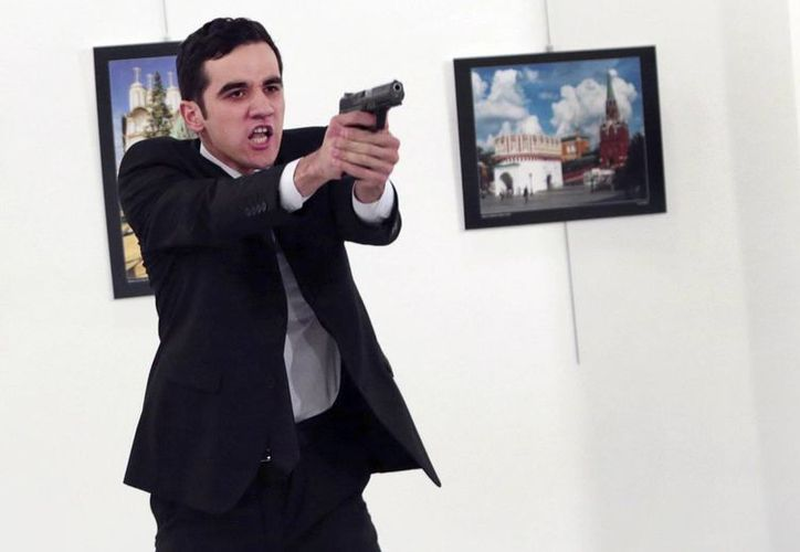 Mevlut Mert Altintas asesinó al embajador de Rusia en Turquía ante la aterrorizada mirada de varias personas e incluso la prensa. (AP/Burhan Ozbilici)
