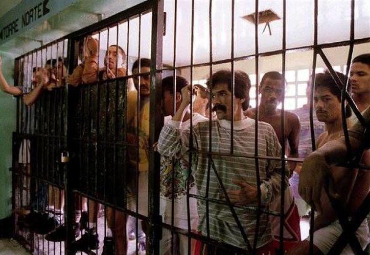 Venezuela cuenta con una treintena de cárceles donde la población, que alcanza a cerca de 50 mil reclusos, enfrenta serios problemas de hacinamiento y violencia. (twitter.com/EPinternacional)