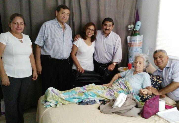 La señora Roberta Olivia Moreno Alvarado recibió una silla de ruedas de la organización 'Vida fraterna'. (Foto cortesía)
