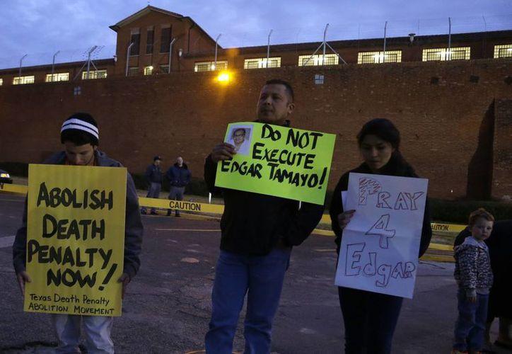 Decenas de personas se manifestaron fuera de la prisión de Huntsville, Texas, para intentar frenar la ejecución del mexicano Édgar Tamayo. (Agencias)