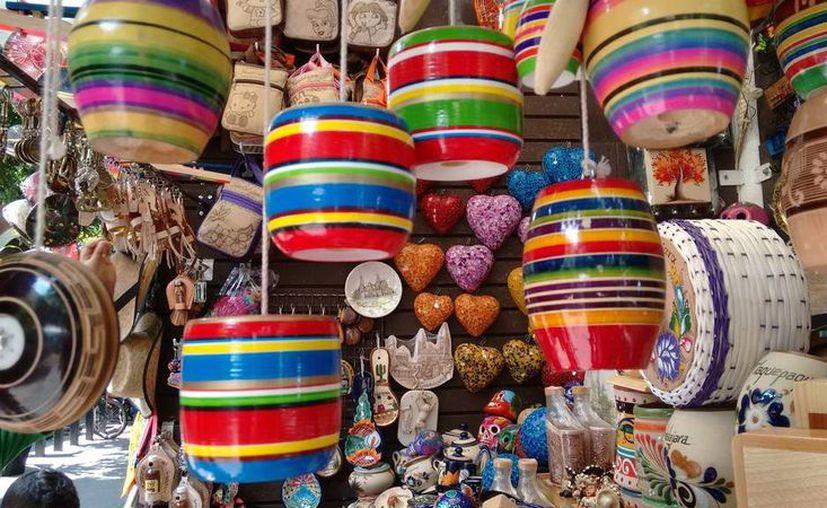 Los productos de origen chino merman la venta de artículos hechos por artesanos locales. (Octavio Martínez/SIPSE)