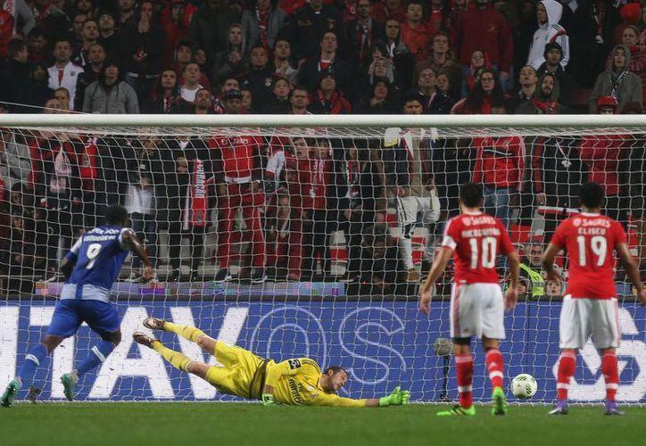 El portero Julio César, del Benfica, no alcanza a atajar un disparo del mexicano Héctor Herrera (no aparece en la foto), que con un gol contribuyó a la victoria del Porto en partido de la Liga lusa. (AP)