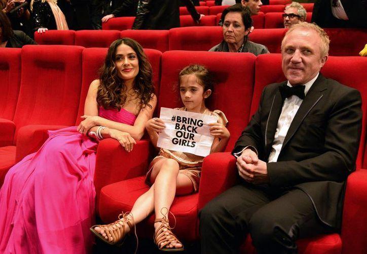 Salma Hayek con su hija Valentina y su esposo François-Henri Pinault. La familia fue acosada por dos mujeres quienes recibieron la orden de mantenerse alejadas por lo menos a 90 metros de distancia. (Archivo Notimex)