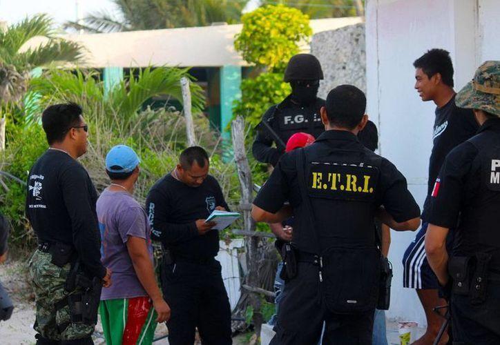 Agentes hablaron con residentes para informarles acerca de los números de emergencia 060, 089 para denuncias anónimas y al 117 desde celular en forma gratuita. (Milenio Novedades)