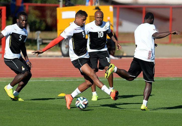 Michael Essien, Kevin Prince Boateng y Andre Ayew (de la izquierda al centro) durante un entrenamiento en Brasilia. (Foto: AP)
