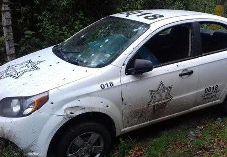 En el sitio quedó el automóvil Aveo habilitado como patrulla con los cuerpos del edil de extracción panista y de dos de sus escoltas. (twitter.com/carlitoslara81)