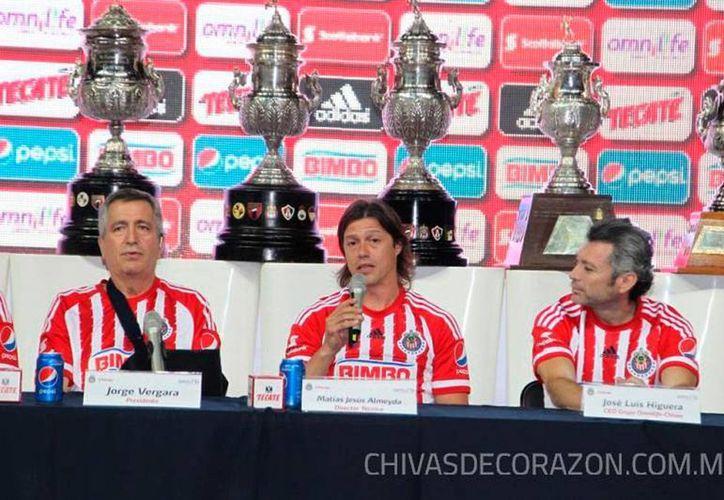 Matías Almeyda (centro) fue presentado como nuevo director técnico del equipo de Chivas Rayadas de Guadalajara. (chivasdecorazon.com.mx)