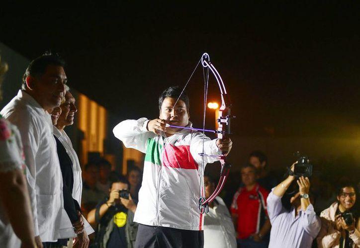 El arquero tizimileño Pedro Vivas Alcalá realizó una exhibición durante la inauguración del evento.  (Milenio Novedades)