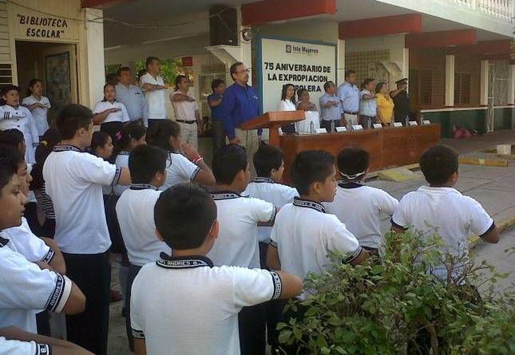 En este homenaje, los estudiantes de este plantel educativo rindieron los honores a la bandera. (Redacción/SIPSE)