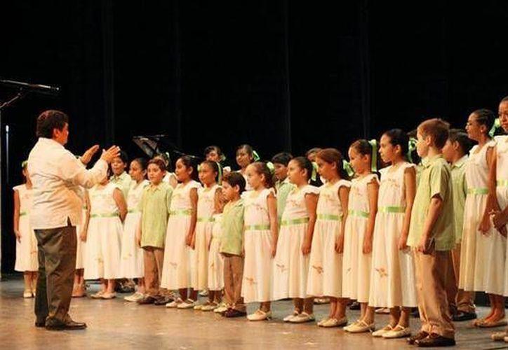 El espectáculo de los niños cantores deleitó a los asistentes por espacio de dos horas. (@AlasyRaices)