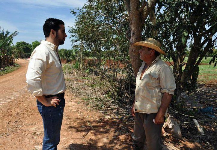 Javier Osante platicó con trabajadores de la unidad productiva Xmatuy. (Milenio Novedades)