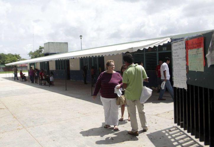 El cierre de las casillas continúa en los diferentes puntos electorales del municipio. (Christian Ayala/SIPSE)