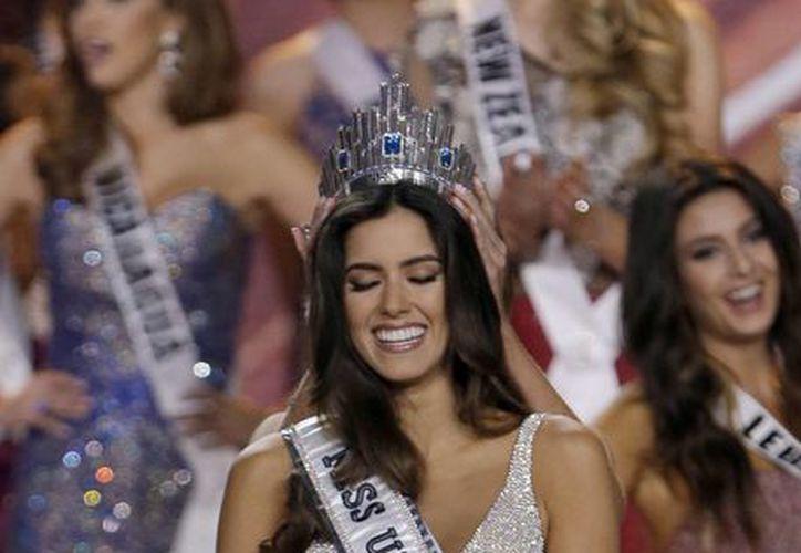 Paulina Vega, Miss Colombia, recibe la corona que la convierte en la nueva Miss Universo. (AP)