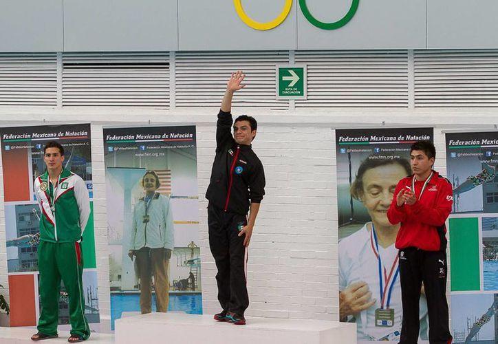 """El clavadista yucateco Rommel Pacheco (i) es uno de los 8 mexicanos que competirá en los Panamericanos de Toronto. En la foto, en un podio del campeonato nacional de invierno """"Ibone Belausteguigoitia"""", en el Comité Olímpico Mexicano. (Notimex)"""