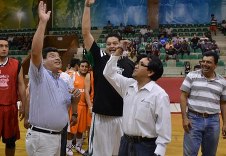 Autoridades protagonizaron el saque inaugural del campeonato de baloncesto. (Francisco Sansores/SIPSE)