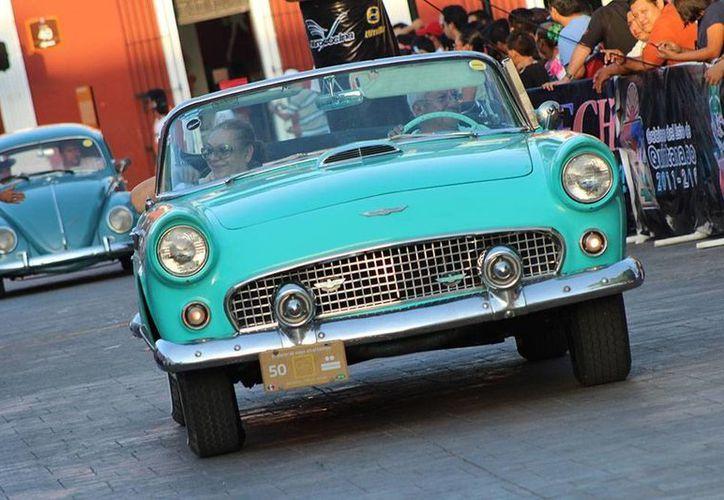 La belleza de los autos dejaron atónitos a los habitantes de Valladolid en su parada en Valladolid. (Francisco Gálvez/SIPSE)