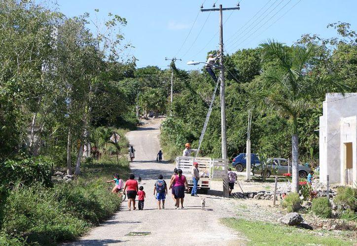 El personal del Ayuntamiento rehabilita el alumbrado público. (Raúl Balam/SIPSE)
