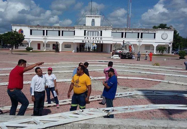 Desde el martes inició la supervisión de la instalación para la toma de protesta de Cristina Torres como presidenta de Solidaridad. (Daniel Pacheco/SIPSE)