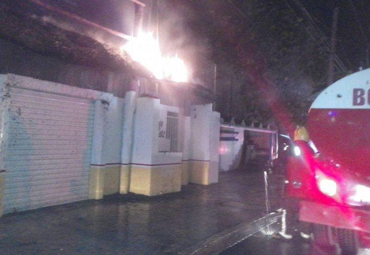 El incendio se registró en un negocio de la Supermanzana 74. (Eric Galindo/SIPSE)