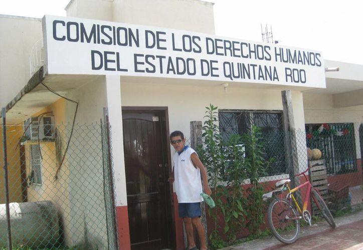 """La secretaria particular Vanessa Piña Gutiérrez, les dijo que """"ensucian el piso"""". (Javier Ortíz/ SIPSE)"""