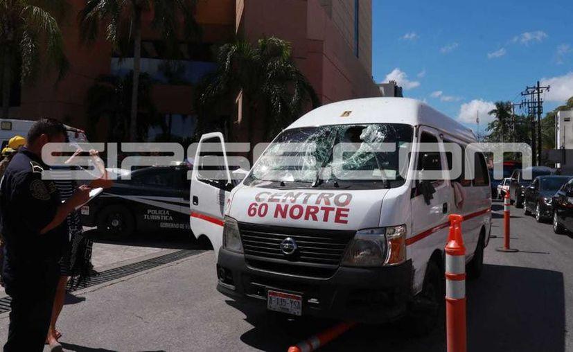 El chofer de la combi perdió el control de la misma tras el impacto. (Jorge Acosta/ Milenio Novedades)