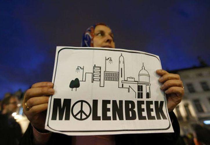 Residentes musulmanes del barrio Molenbeek, en Bruselas, participan en una vigilia en memoria de las víctimas del atentado terrorista en París. (Agencias)