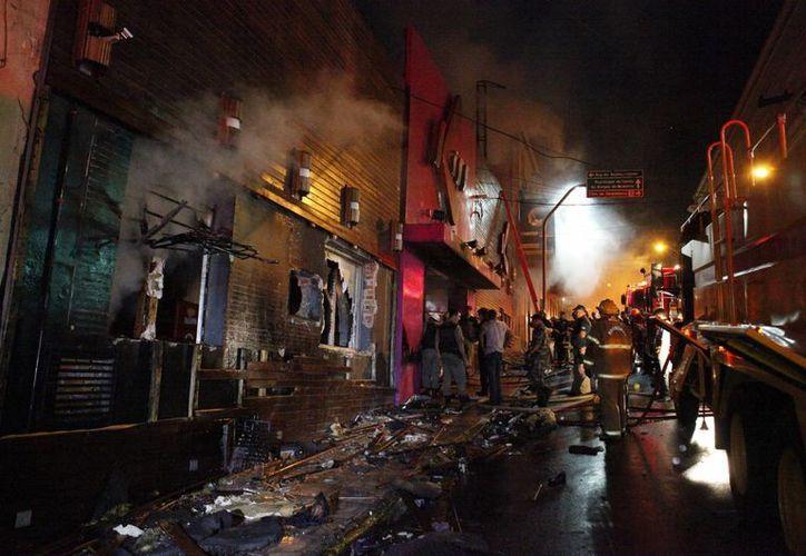 Más de 300 universitarios estaban dentro de la discoteca al momento del incendio. (AP)