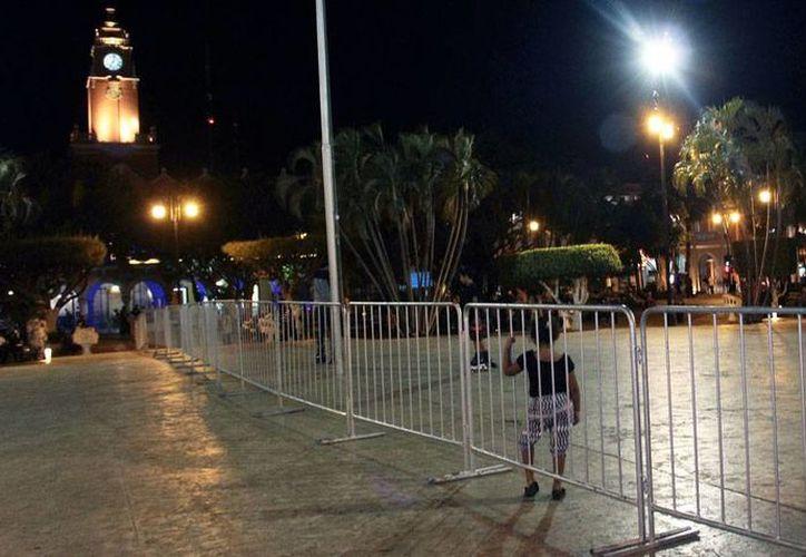 Desde la noche de este miércoles, elementos del Estado Mayor Presidencial (EMP) colocaron vallas en varios puntos de la ciudad de Mérida, en donde se espera la llegada del presidente de Cuba, Raúl Castro. La imagen corresponde a la Plaza Grande. (Jorge Acosta/SIPSE)