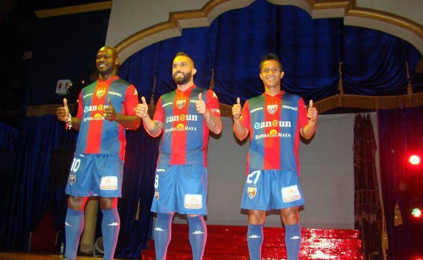Achille Emana, Giancarlo Maldonado y Paul Uscanga modelaron la indumentaria de local con los tradicionales colores del club. (Redacción/SIPSE)