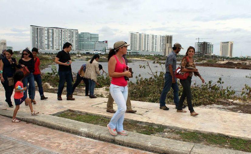 Ciudadanos, abogados y ambientalistas recorrieron la zona dañada. (Luis Soto/SIPSE)