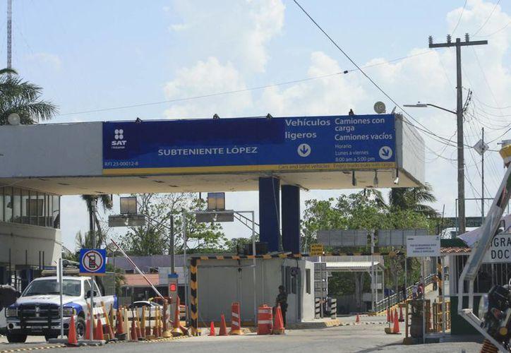 En la Aduana Marítima y Fronteriza de Subteniente López, las agentes de comercio exterior continúan haciendo la revisión rutinaria a vehículos. (Harold Alcocer/SIPSE)
