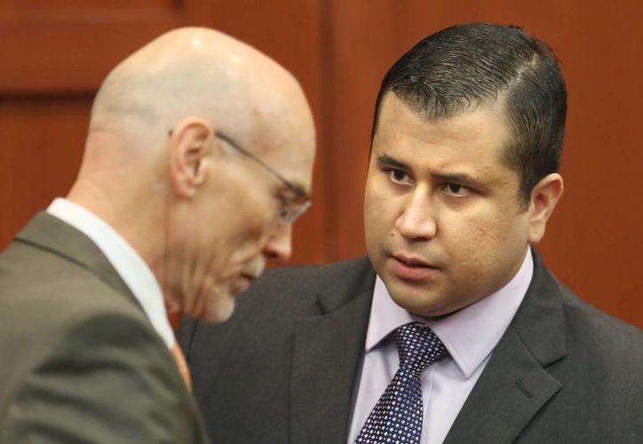 Hasta que Zimmerman (derecha) no se presente ante un juez permanecerá en una celda solitaria de la Correccional del Condado Seminole, en Florida. (EFE/Archivo)