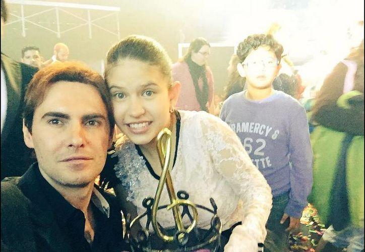 Roberto Romagnoli y Karla, la ganadora de la segunda emisión de La Academia Kids. (Twitter/@romagnolirobert)