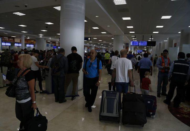 A través de los kioscos automatizados se permitirá a los pasajeros la entrada rápida y segura en el país. (Israel Leal/SIPSE)