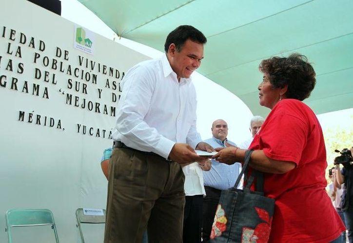 Rolando Zapata entregó títulos de propiedad de casas a familias que vivían en zonas de alto riesgo. (Cortesía)