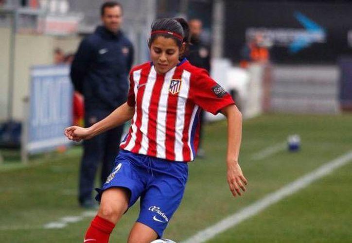 La futbolista mexicana se ha convertido en titular indiscutible del Atlético de Madrid femenil.(Foto tomada de @kentirobles)
