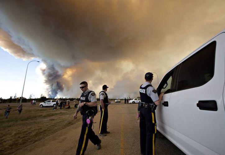 Desde muy temprana hora de inició la evacuación de miles de habitantes de Fort McMurray, en Canadá. (AP)
