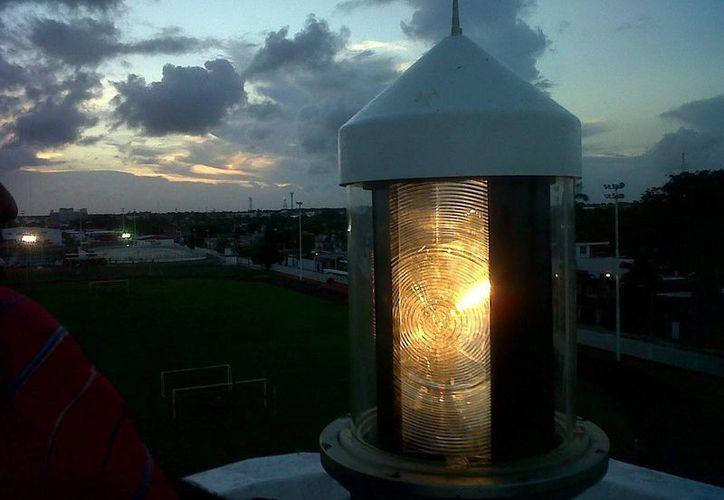 La antigua lámpara de destello será puesta en exhibición en la entrada de la Terminal Marítima de Chetumal. (Redacción/SIPSE)