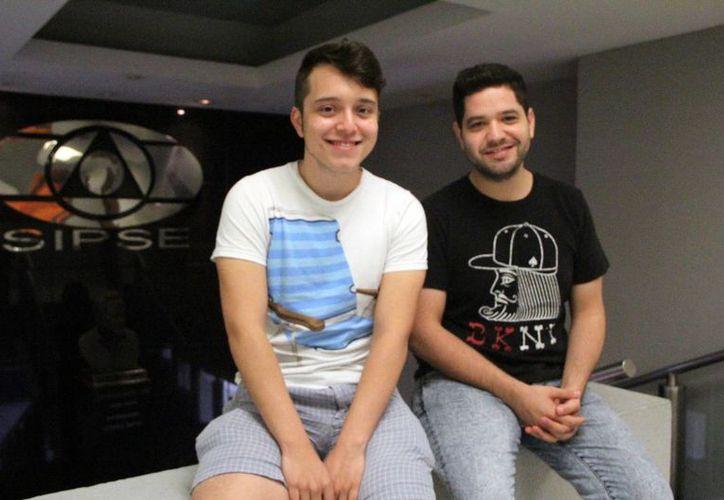El cantante Perry Navarro y el  video blogger Gwabir durante su entrevista en las oficinas de Milenio Novedades. (Milenio Novedades)
