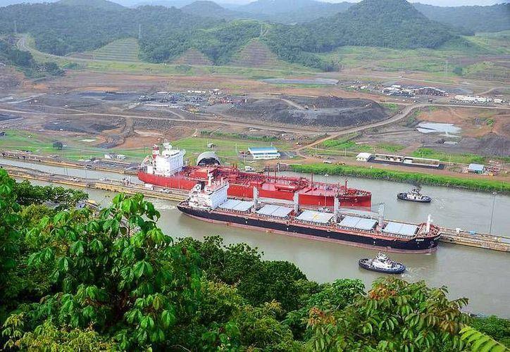 Un buque mercante navega por un  sector del legendario Canal. (Imagen: Autoridad del Canal de Panamá: